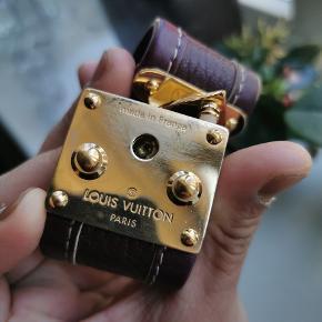 Louis Vuitton purple armbånd.det måler 20 cm i alt og mit håndled måler cirka 18cm og passer fint.jeg har kun Bracelet.