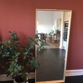 Stort spejl med træ ramme  Mål: 150h x 65b