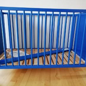 Dejlig tremmeseng fra Ikea. Bunden kan indstilles i to højder og den ene side kan tages af. Står usamlet og skal afhentes.