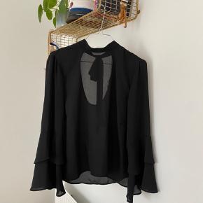 Bluse i fint stof, med flæseærmer og bindebånd i nakken (blusen er ikke gennemsigtig når man har den på)   60kr ☀️