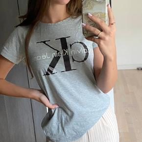 Grå Calvin Klein T-shirt i str. S