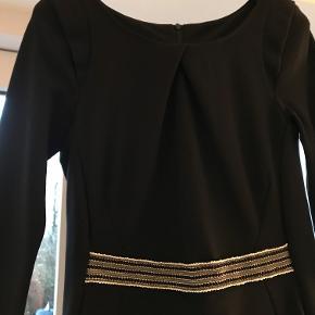 sælge denne fine kjole som sidder virkelig flot - jeg bruger 36 og passer den fint. Går bare ikke i kjoler. der er et pyntebånd foran. Jeg er 160 cm og den går til under mit knæ.
