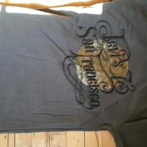 Varetype: T-shirt Størrelse: 14år Farve: Grå Prisen angivet er inklusiv forsendelse.  Str hedder 16 år, passer ca 14 år