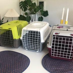 Sælger disse 3 transportkasser  Max brugt 2 gange spørger for pris    Kattebakke sælges max 3 mdr gammel  Sælges da min kat ikke bruger den mere Der følger 1 helt nyt filter med og 4 pakker poser til bakken😊 spørger for pris