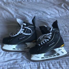 Bauer supreme one70 jr skøjter, brugt 1 sæson til ishockeyNp: 1300 kr Mp: 600 kr Str: 38.5  Der er snørebånd med voks i.