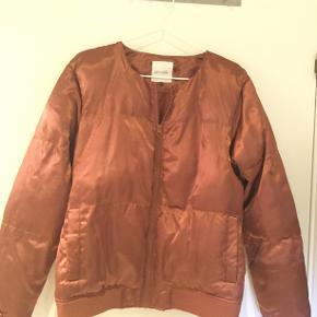 Flot kobberfarvet jakke i skinnende kvalitet