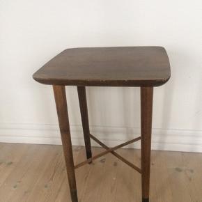 Lille fint blomster bord/sidebord/indskudsbord i teaktræ og eg...Dansk Design: Trap Christensen..made in Denmark....lille skade i det ene hjørne...trænger til en kærlig hånd..H42,5 x B30,5 x D27cm... gerne mobilpay eller kontant ved afhentning.