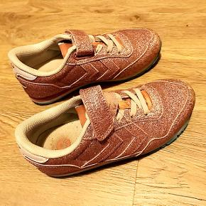 Lyserøde glimmer Hummel sko til piger med velcro. Str 31. Brugt få gange og fejler Inter.