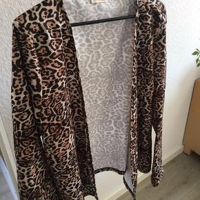 """Fin leopard mønstret """"cardigan"""" lignende noget.  Den er åben og har ingen """"lukning"""" 🖤  Super sød. Str M/L. Fra Muse 🕊  100% Polyester   75,-"""