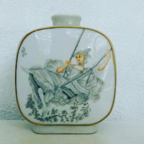 """Vintage vase. I bunden står der """"Håndmalet 1977 """" med fineste gamle skrift"""