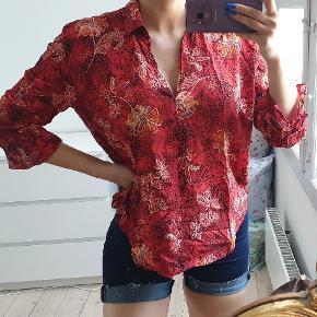 Smuk rød bluse med mønster og v-neck str small / medium  den er brugt to gange, fremstår flot jeg er 171cm høj  den sælges for 215kr eller 250kr inkl fragt med DAO