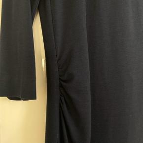 Super fin kjole fra Karen By Simonsen som har en ruche detalje i højre side 🤍  Str. 40 / L   Np: ca. 800 kr. Mp: 400 kr.