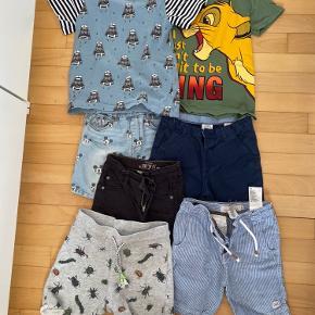 Sælges kun samlet. De grå shorts og den blå t-shirt har et par pletter, ellers har jeg ikke fundet noget på resten, da jeg kiggede det igennem. Noget af tøjet er også fra Zara og Disney store.