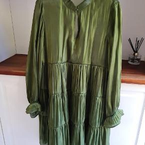 Super flot kjole fra Karen By Simonsen. Underkjole medfølger. Brugt 1 gang og er som ny.