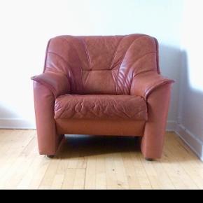 2 flotte midcentury lænestole i cognacfarvet læder.  God stand med patina. Samlet pris.