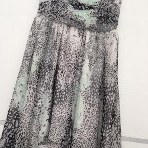 Highlow kjole. Kan bruges med stroppen eller stropløs (har gummikant så den ikke falder ned)
