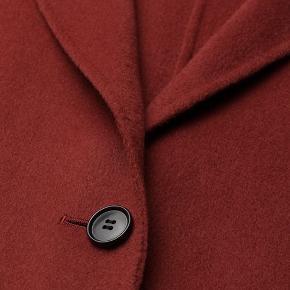 Fantastisk klassisk frakke i uldblanding. Denne dejlige frakke har to lommer foran og lukker foran med knapper. Day bedouine har et aftageligt bælte venterne, hvilket skaber en smigrende feminin silhuet. For:56%polyester, 44%viskose. Ydermateriale:50%uld, 50%polyester. Mp. 1200kr. Plus porto og ts gebyr. Handler gerne med mobilepay. Brystmåle er Ca 2x62cm. Længden er Ca 100cm.