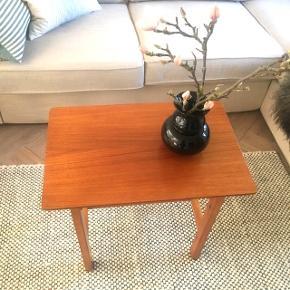 Skønt lille sofabord, sidebord eller måske sengebord ? Lidt usikker på hvilken træsort, men super fint er det :)  H 51,5 cm  (RESERVERET) FLYTTESALG MINUS 75. Kr L 60. Cm  B 39. Cm  Pris 475.kr  FLYTTESALG MINUS 75. Kr