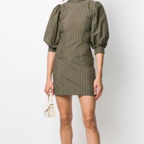 - Pris er inkl fragt 🤠💃🏼  Helt vildt flot kjole i super kvalitet! Kun brugt to gange - fremstår derfor som ny 🥂   ~ Egne billeder kommer denne lørdag 31.okt  ;))   • Sørger for at gøre handlen CO2 neutral ved salg, tilbyder mængderabat 🌳💌