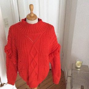 Flot sweater fra Mango med frynser på ærmerne. Str L, men kan kan passes af S-L alt efter look. Akryl, polyamid og polyester  Længde: ca 70 cm  Sendes med DAO. Kan evt afhentes i Kbh K ved forudbetaling, aften/weekend.