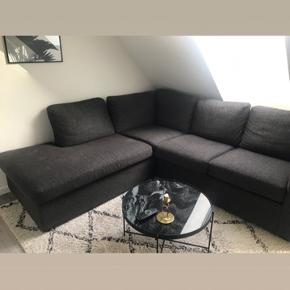 Sofaen er brugt men står stadig super fint. Har en mindre skade i samlingen - ikke noget som er synligt.   Køber afhenter selv.
