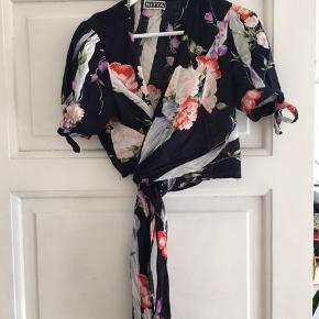 Vintage slå-om bluse i 100% bomuld fra mærket Nitya. Brugt, men i god stand. Ukendt størrelse, men passer nok en str. S-M.     #secondchancesummer