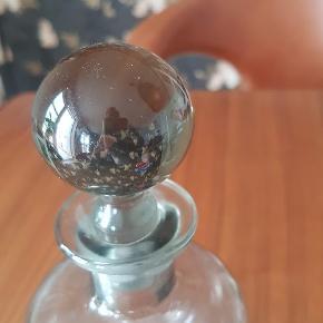 Flot stor klukflaske i røgfarvet glas. Pris 125,- Kan hentes 4140 Borup eller sendes pp.