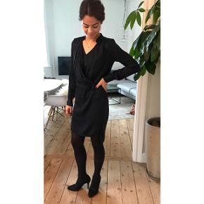 Super lækker mørkeblå silke kjole. 100% silke.  Ikke brugt så meget og i rigtig god stand.  Np. 2500  BYD  Kan afhentes på Østerbro eller sendes med DAO.