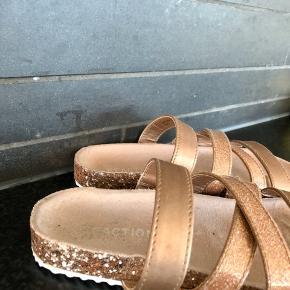 Helt nye sandaler med glimmer fra Kenneth Cole. Vi købte dem til vores datter på en rejse, og så kunne hun ikke passe dem, da vi så kom hjem til hende 🤥