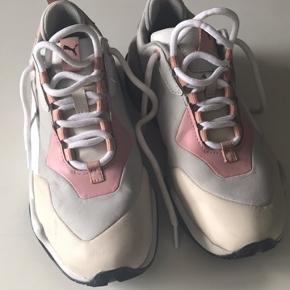 Den populære puma rive gauche model i grå og rosa. Brugt 2 gange og står næsten som ny.  Nypris 1000kr