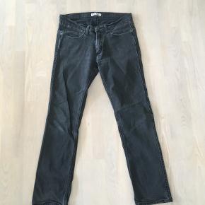 Jeans fra Acne. Str. 33/32 Har været brugt, men er i flot stand uden brugsspor.   Model: Max Cash Materiale: 98% bomuld, 2% elastan