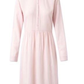 Fineste Mila dress i farven barely pink fra nué notes. Brugt og vasket én gang, så den er stort set som ny. Lavet af bomuld. Blød, lækker og luftig kvalitet. Der følger en underkjole med. Nypris 1300.