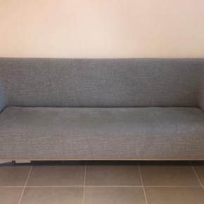 Næsten helt ny sofa fra ILVA, købt i marts 2019, næsten ikke brugt og står derfor som ny. Sofaen er imprægneret.  Længde: 222 cm Dybde: 87 cm Højde: 79 cm  Farve: Grå med lidt blåt skær (model Keaton light blue).  Stel i ubehandlet eg.   Nypris: 7.999,-