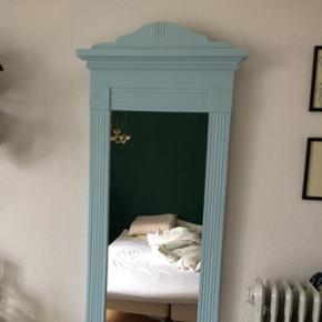 Retro spejl malet i tyrkis/lyseblå med flotte detaljer. Nemt at male en anden farve, der spejlet kan skilles ad fra rammen. Figurspejl. Robust og god kvalitet.