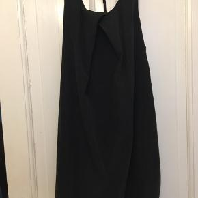 kort kjole med bryderryg i det blødeste cupro fra Gina tricot, str. 42. LÆngde 95cm. Der er lidt brugsslid på den nederste kant derfor sælges den til kun 50kr Kan hentes Kbh V eller sendes for 40kr DAO