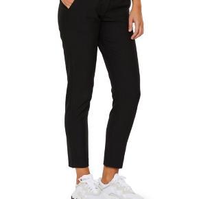 Nye Kylie bukser fra FIVEUNITS. Str 26. I butikkerne nu til 800 kr.  Kan afhentes i Århus eller Vejle, eller sendes med DAO:)