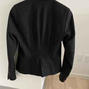 Sælger denne fine klassiske blazer i str. 34 fra H&M som er brugt få gange men fejler ikke noget, nyprisen er 250 kr :)