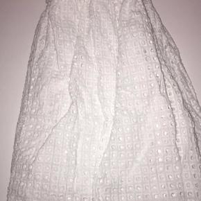 Rigtig fin nederdel fra Milano, aldrig brugt og ingen tegn på slid, kan også passes af en størrelse s. Den er ikke gennemsigtigt