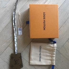 Louis Vuitton Anden accessory, Ny, med prismærke. Snekkersten - Fed Key hanger fra LV købt i New York Sælges for 1500kr Kvittering, æske,pose medfølger. Louis Vuitton Anden accessory, Snekkersten. Ny, med prismærke, Aldrig brugt og stadig med prismærke. Har ingen skader eller tegn på brug