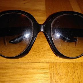 Dior solbriller sælges, der er ridser på glasset fra stellet og de trænger til at blive strammet, deraf den billige pris
