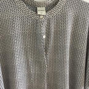 Studio oversize  bluse str 40, aldrig brugt. Mp 45 kr, sender med dao for 40 kr😊😊