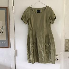 Super flot kjole der fremhæver det den skal og giver dig et eksklusivt look. Farven er lys oliven og jeg sælger den fordi jeg desværre ikke kan passe den længere.