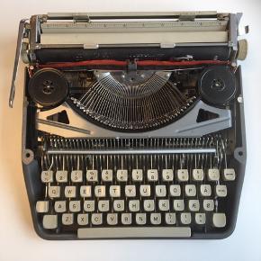 Retro skrivemaskine  Skal have nyt farvebånd, hvis du vil bruge den til at skrive på (kan købes på nettet). Jeg har blot haft den stående til pynt.  Giv et bud.