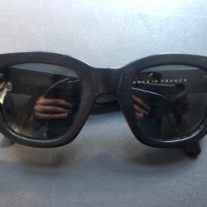 Sælger disse Acne Studios Frame shades. De har mindre ridser i glasset, og og slid af farven på den ene side af stældet!