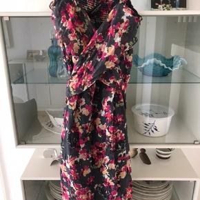 Skøn strop sommerkjole i bomuld og silke - så behagelig i varmen.  Mål fra ærmegab til ærmegab 2 x 40 cm når man  stækker,  der er smock syning i bag- lynlås i siden. Længde fra ærmegab og ned 72 cm. Regulerbare stropper. Selvfølgelig rabat ved køb af flere ting.