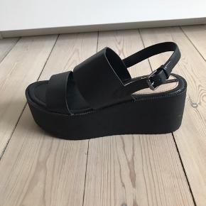 Fede plateau sandaler. Sidder godt på foden (god til lange byture hæh) Brugt 3-4 gange fremstår næsten som nye  ((Ligner virkeligt meget et par Steve madden sandaler hæhæ (billede nr 4 ))