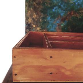 Smuk gammel træ kasse med flere rum. Oprindelig en bestik skuffe. Fantastisk patina. Kan afhentes i Helsingør eller på Blegdamsvej efter aftale Annoncen fjernes med det samme ved salg således er det ikke nødvendigt at spørge hvorvidt det fortsat er til salg