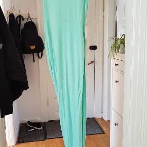 Helt speciel mintfarvet kjole i Bomuld/Poly blend fra CLUB L  Den er syet så stoffet falder som en lang slids i den ene side, men selve kjolen er til mid på låret.  BM: op til 2x 46cm med stræk Længde: 75cm + lang spids 145cm