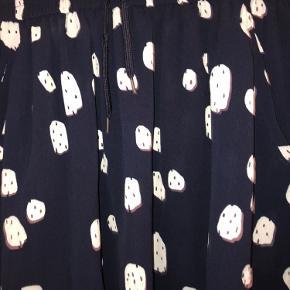 Blå nederdel med hvide prikker fra Envii. To sidelommer. Skriv for flere billeder. Køber betaler fragt 😝😊