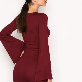 Super udsalg.... Jeg har ryddet ud i klædeskabet og fundet en masse flotte ting som sælges billigt, finder du flere ting, giver jeg gerne et godt tilbud..............  * smart elegant ny og ubrugt kjole str XL   Sendes med Coolrunner